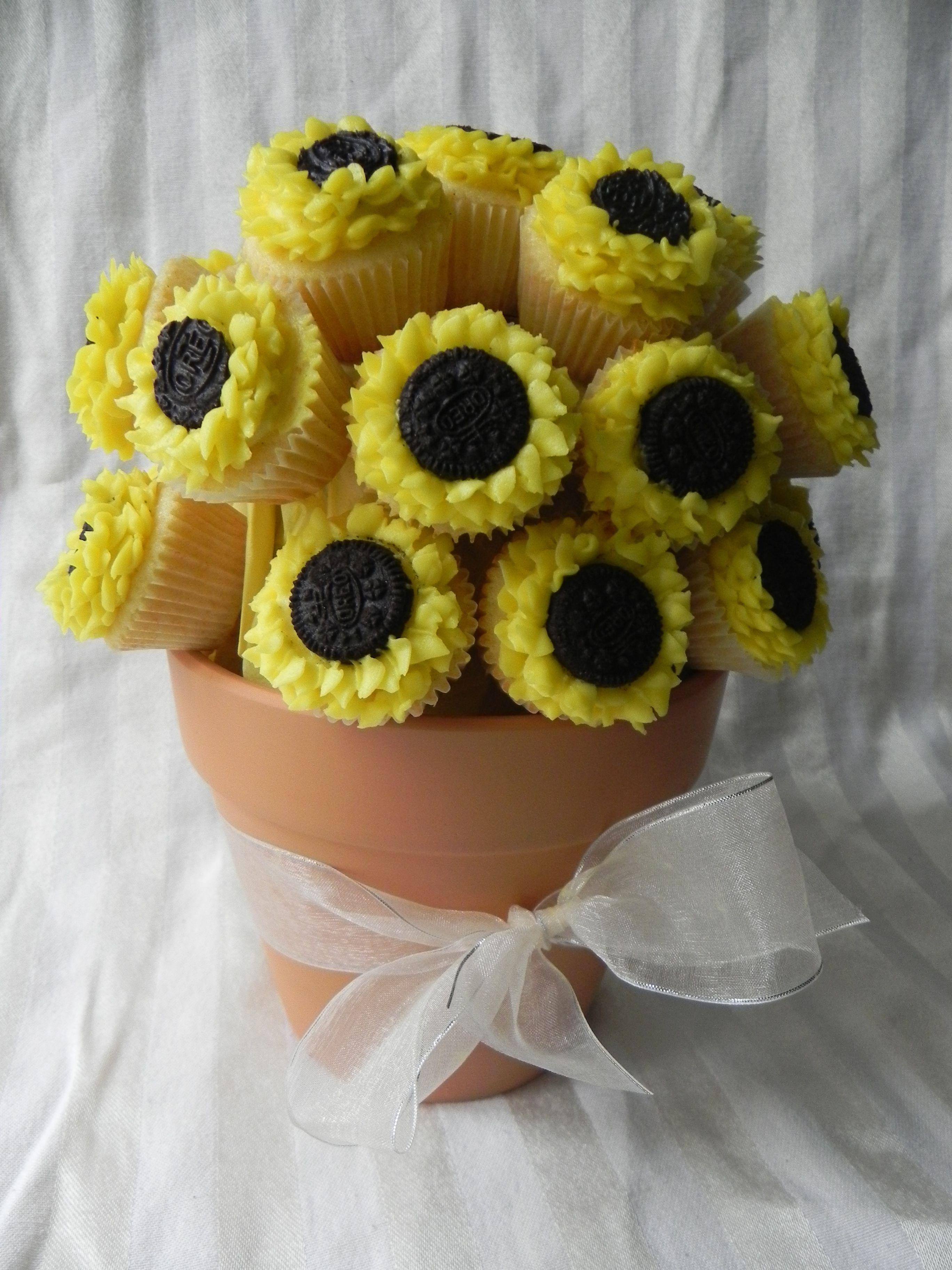 Sunflower cupcakes Dessert & baked goo s