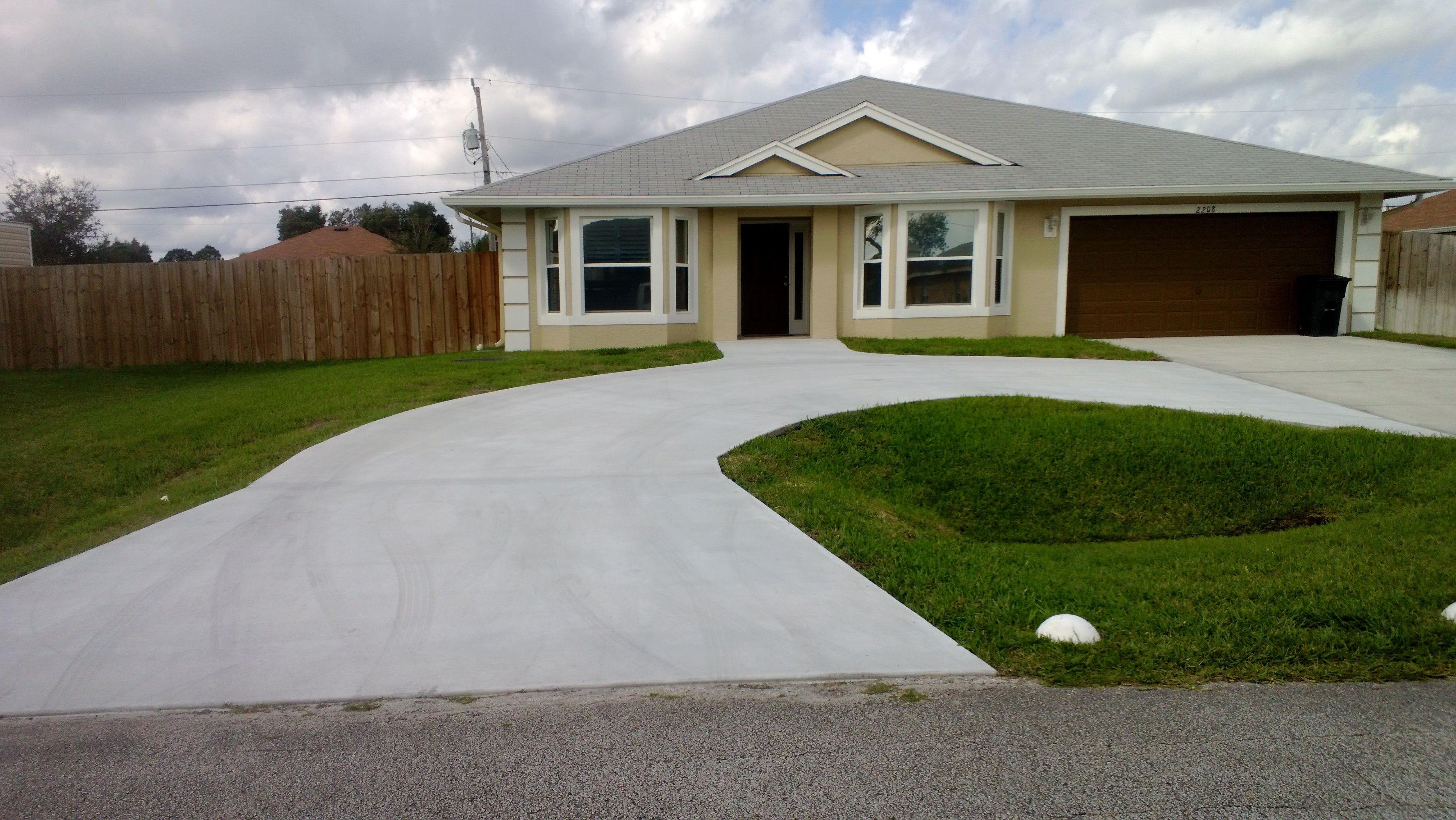 Circle driveway for the home pinterest for Semi circle driveway ideas