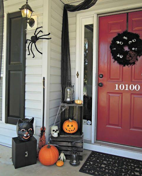 Nhện và những vòng hoa đen luôn là những vật dụng trang trí được ưa chuộng trong mùa lễ hội Halloween