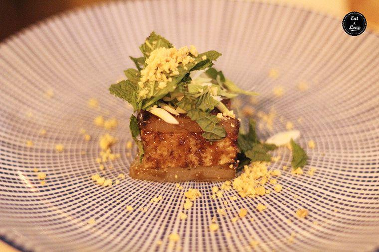 brioche con papada de ibérico, cacahuetes y teriyaki, con hojas de menta - Al Trapo - restaurante alta cocina creativa Madrid hotel Letras