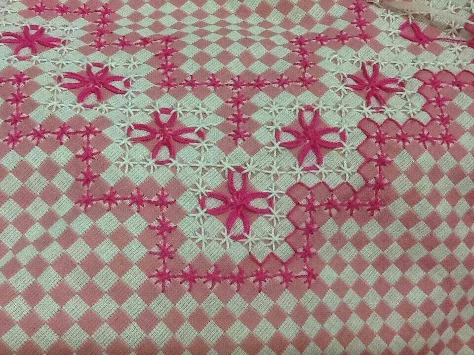 Toalha de mesa bordada pela Eneida. | BORDADOS NO TECIDO XADREZ