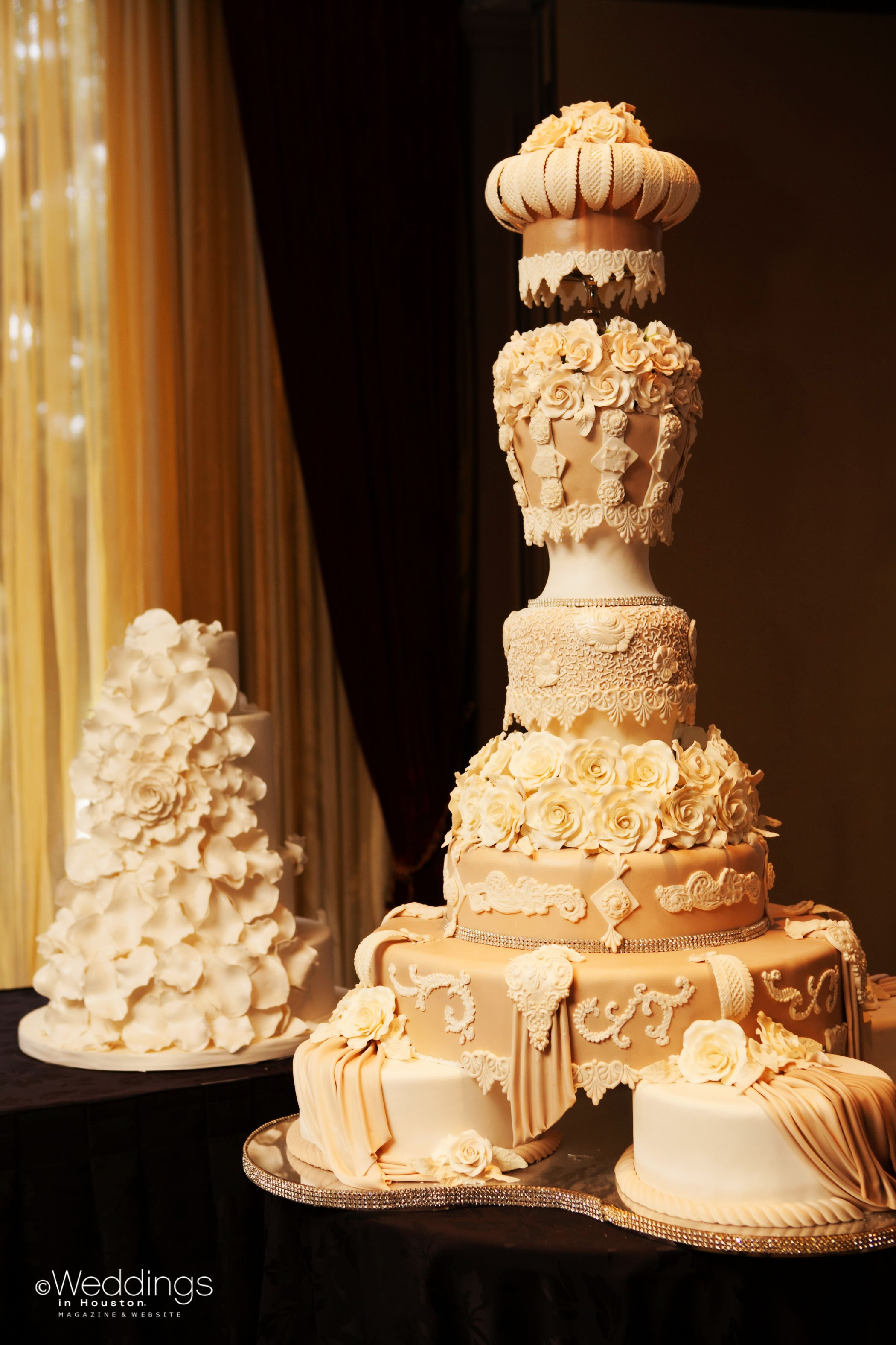 couple s extravagant wedding cake