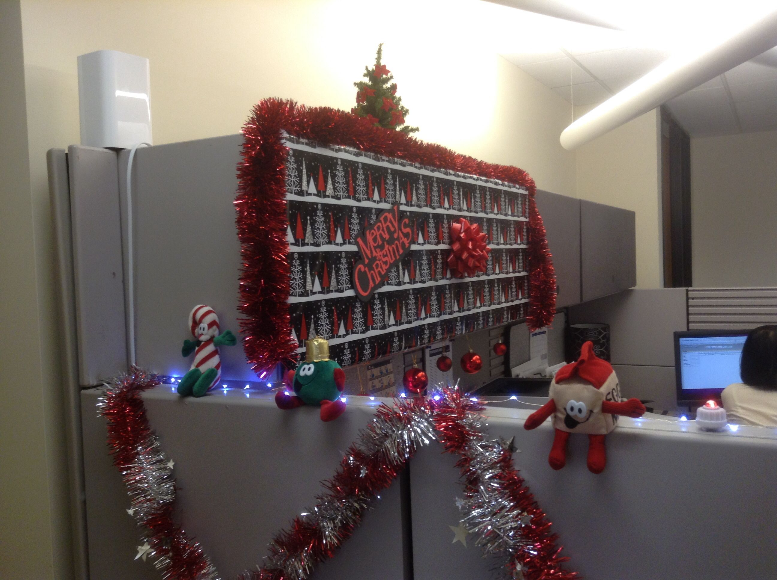 Decorated cubicle for christmas decorate my desk pinterest for Cubicle decoration xmas