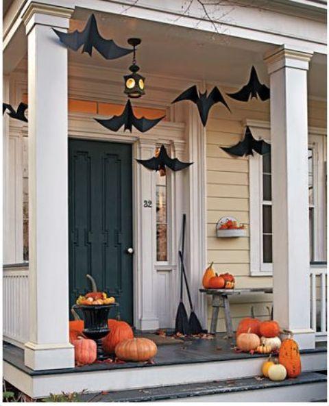 Những con dơi đen khổng lồ treo trên trần nhà