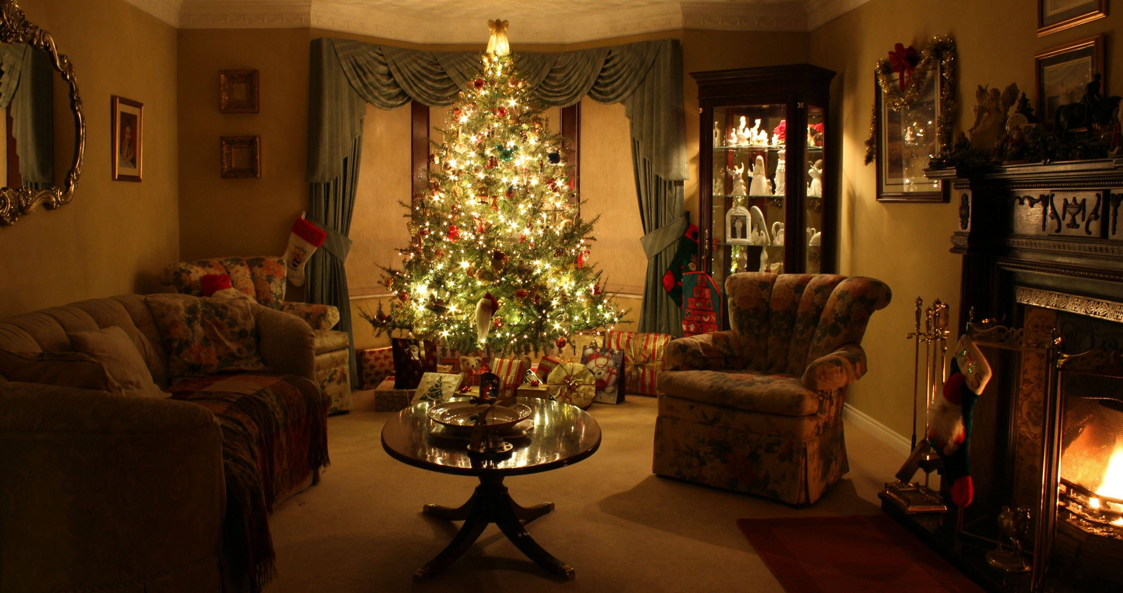 Gorgeous christmas scene background pictures pinterest for Christmas living room ideas