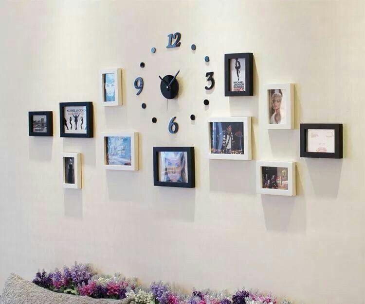 Decoración con cuadros y un reloj