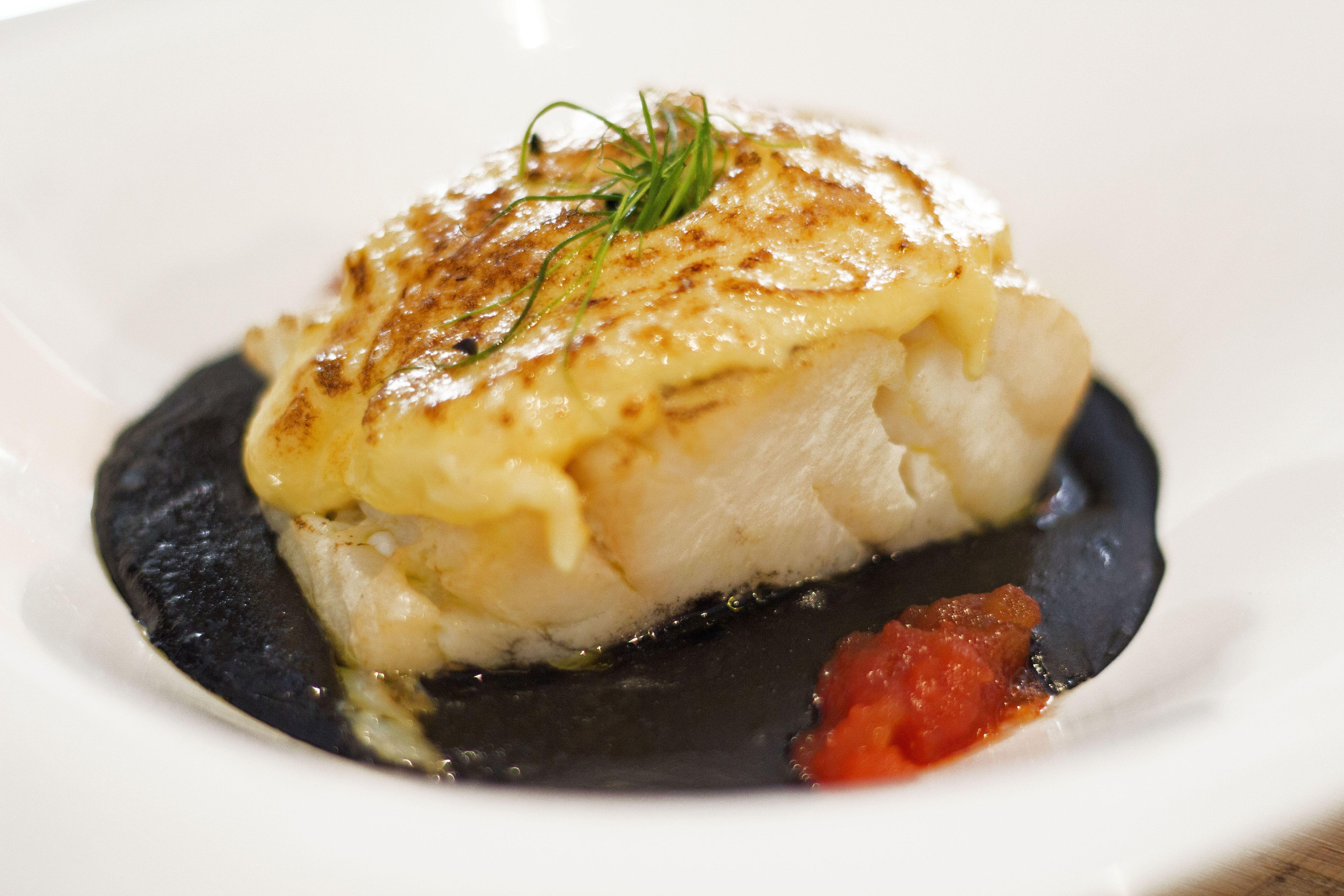 Bacalao con rebuchón de patata negra, pil pil gratinado y tomate confitado en Mr Frank Madrid