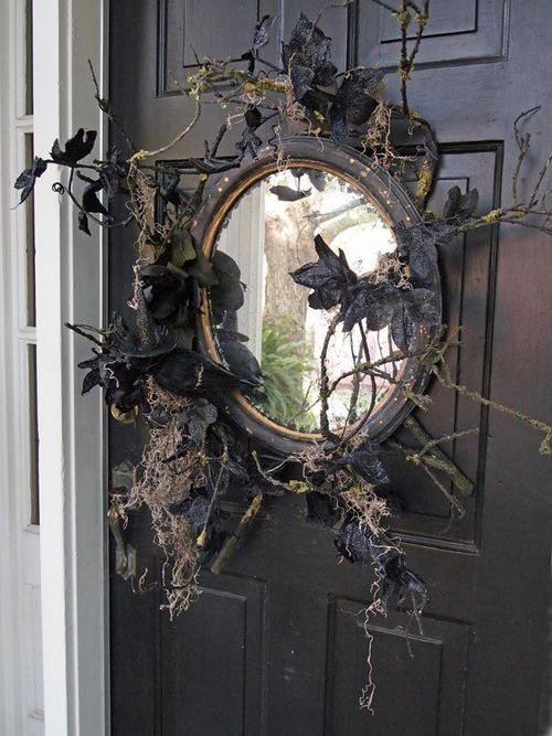 Có thể trang bị thêm một cái gương quỷ quoái ngay trước cửa ra vào