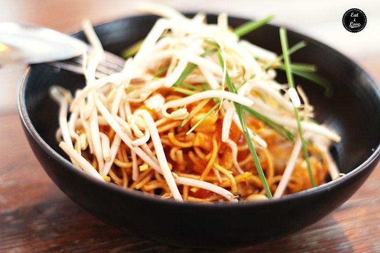 Pad thai con noodles crujientes, langostinos, mango, pico de gallo y anacardos - Tartan Roof - Azotea Círculo Bellas Artes - Madrid
