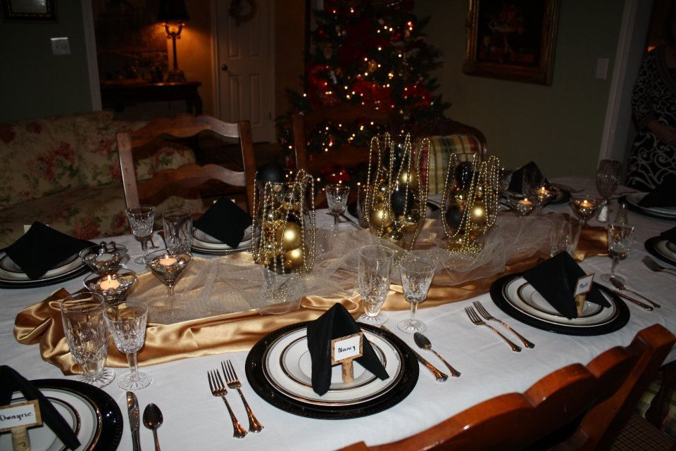 Simple new year 39 s eve table decoration party planning for Table 52 new years eve