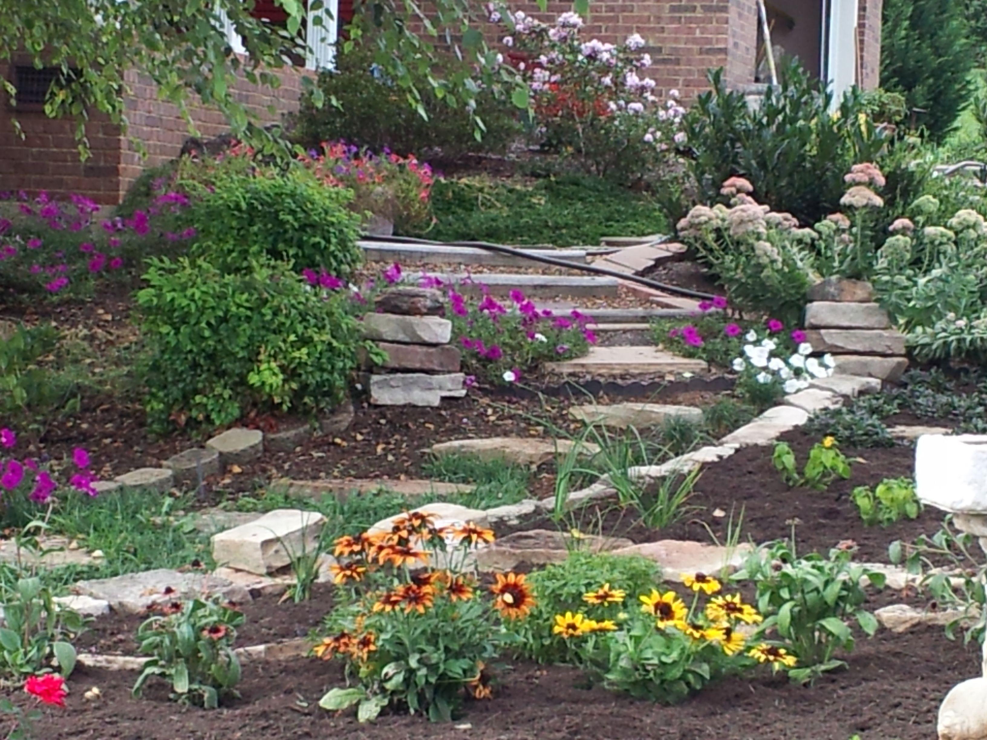 Walking path to front door country garden ideas pinterest for Front door garden ideas