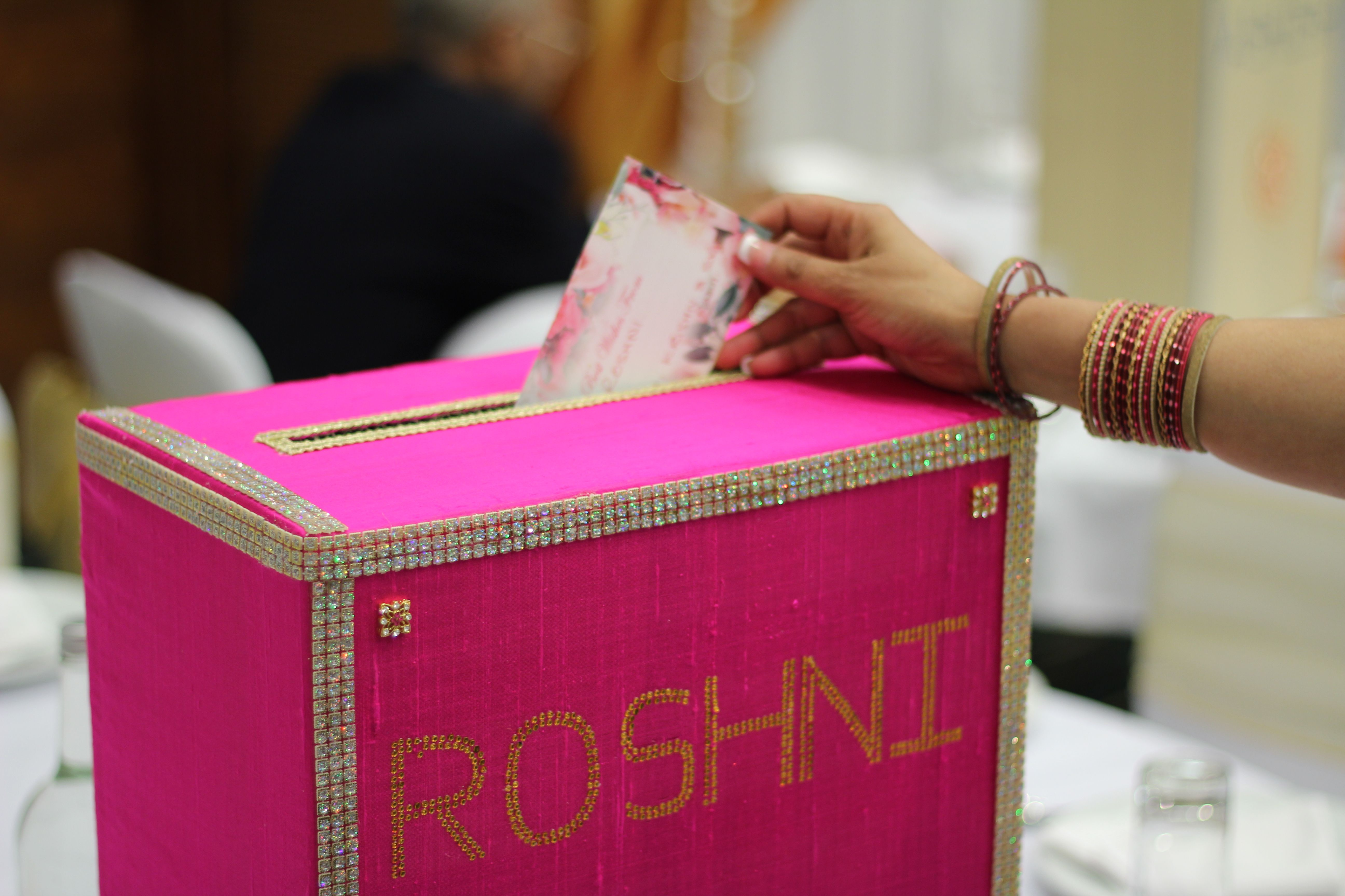 Indian wedding pink gift box Mision: BODA Pinterest