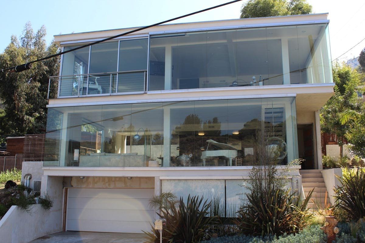 Glass house in los angeles architecture home design for Designer in the house