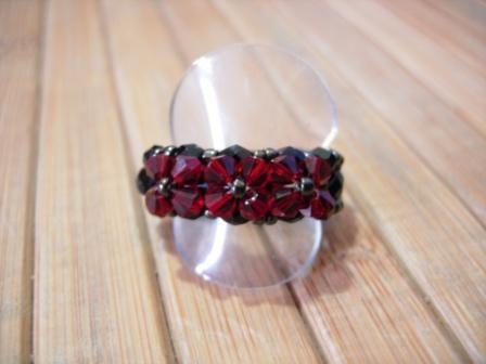 anillo tres flores rojo