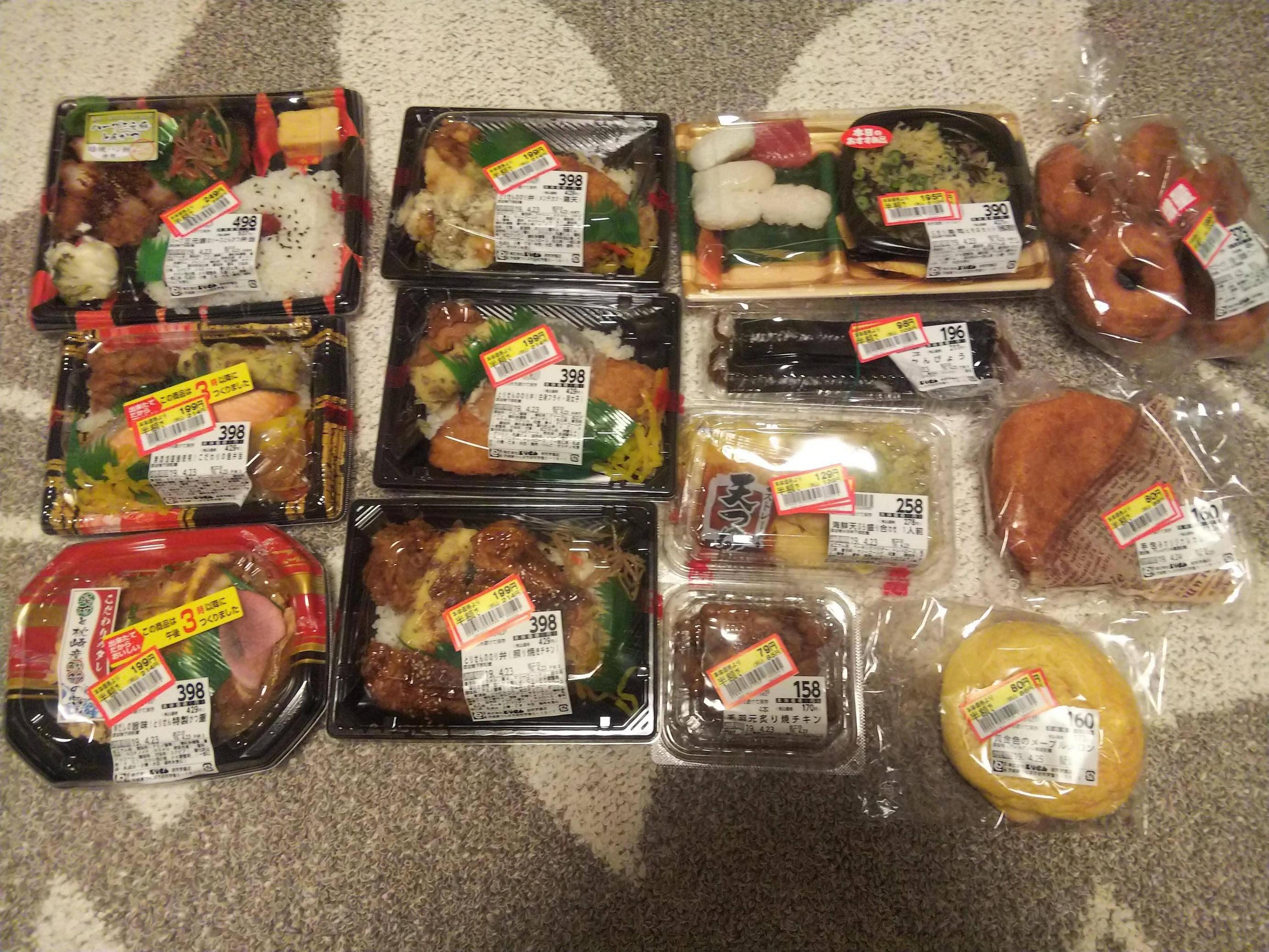 【画像】スーパーで半額の弁当13個買ってきたwwwwwwwwwwwwwwwwwwwww