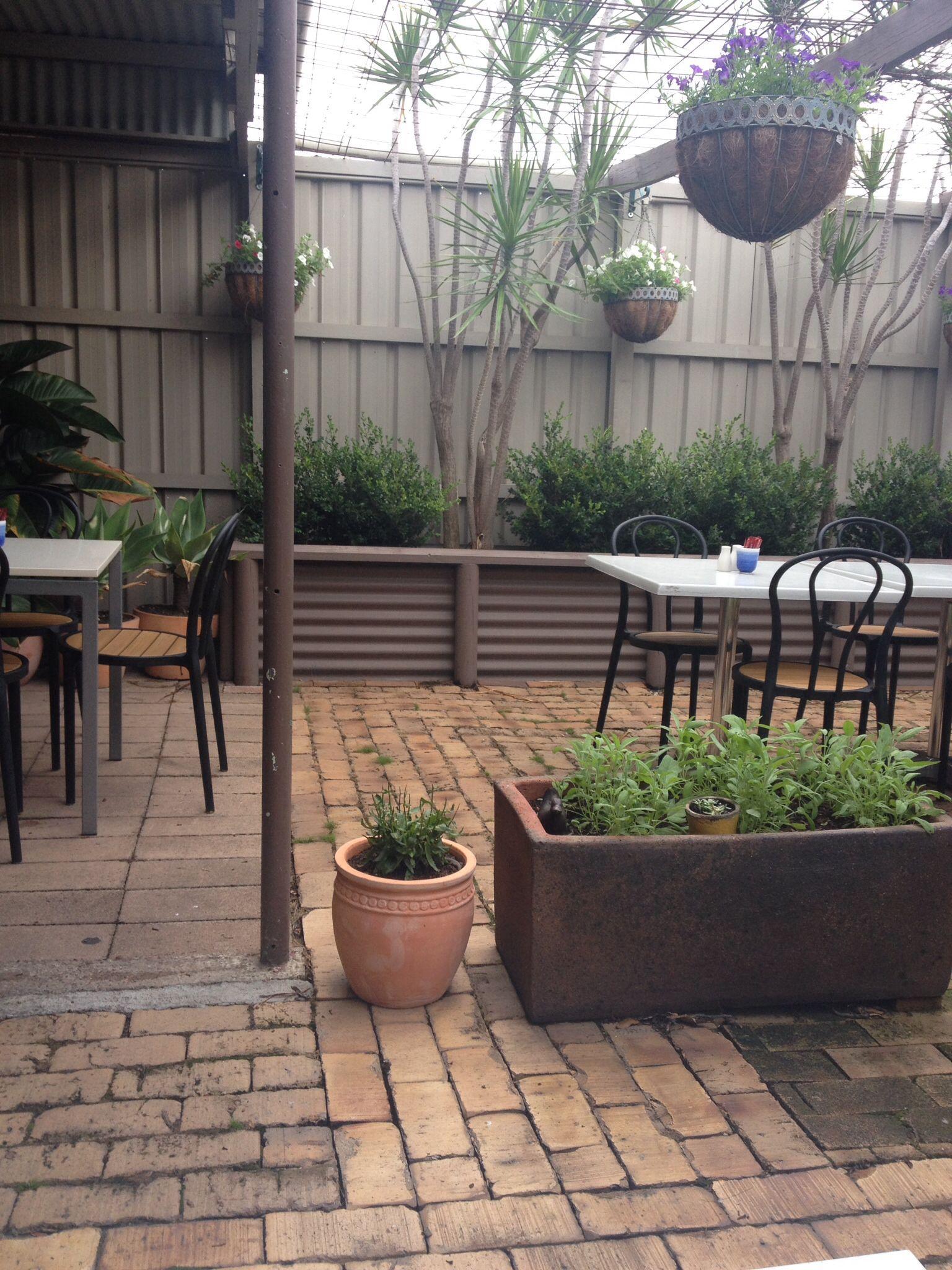 Retaining wall garden ideas pinterest for Garden wall idea