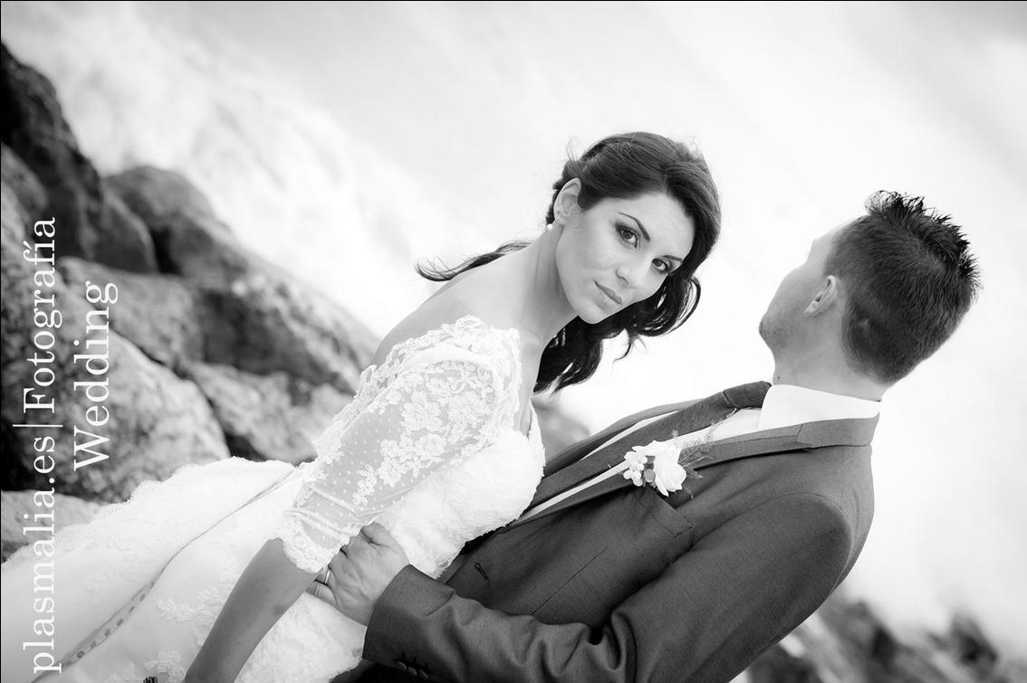 Fotografía de boda en las rocas de la playa de Vilanova il La Geltrú