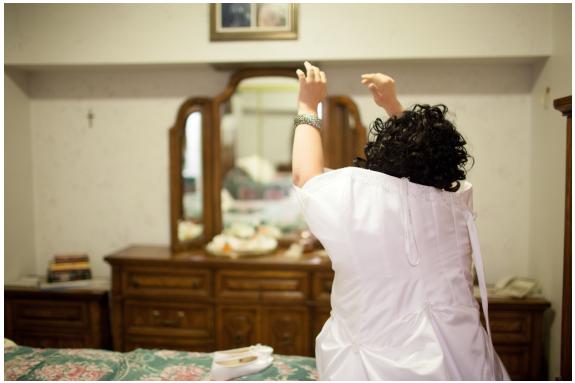Novia con síndrome de Down poniendose el vestido de novia