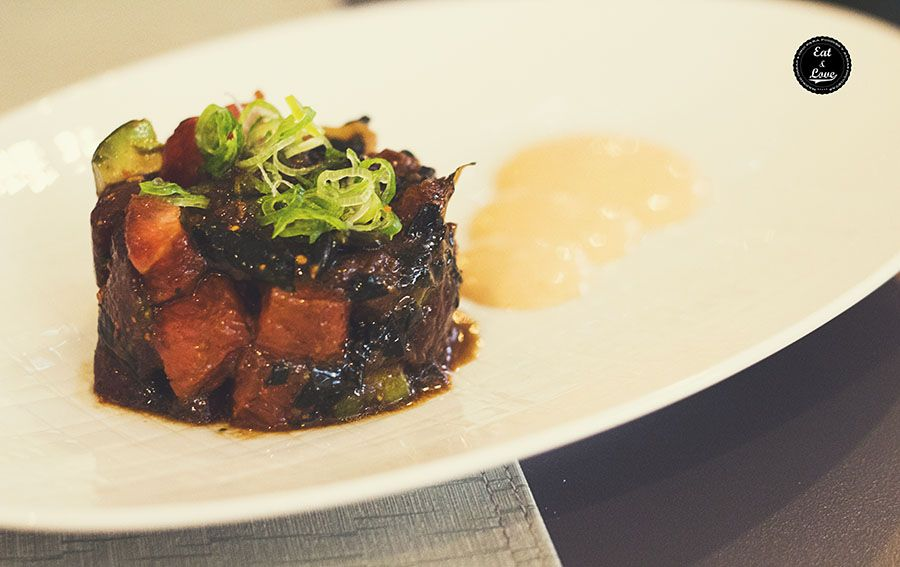 Tartar de atún picante con aguacate, alga wakame y pomelo rosa acompañado de salsa kimuchi - Restaurante Bacira Madrid