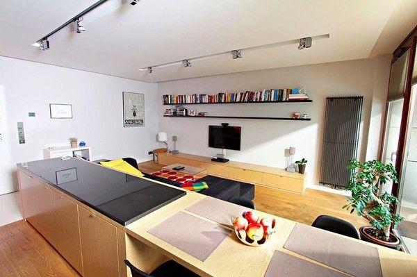 Kệ mở cung cấp không gian lưu trữ rộng kết hợp cùng những cuốn sách và đồ trang trí tạo điểm nhấn hút mắt cho bức tường trắng.