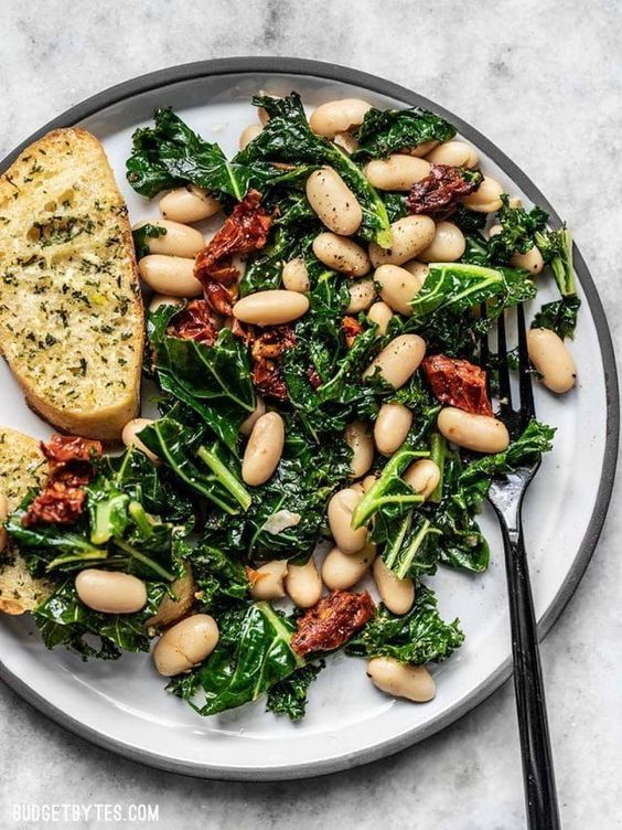This quick Sun Dried Tomato, Kale, and White Bean Skillet is a fast, flavorful, and fiber-licious meal that is ready for perfect for weekly meal prepping.