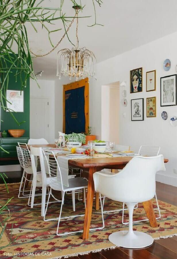 sala de jantar decorada com cadeira branca diferentes #cadeirabranca #cadeirabrancajantar #cadeirabrancaquarto