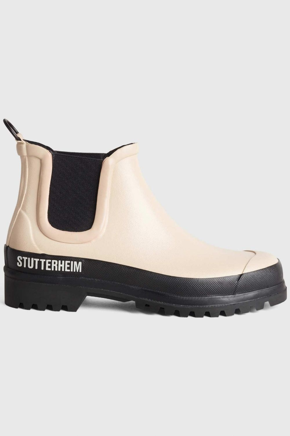 The Stutterheim Rainwalker is a unisex shoe, based on the timeless silhouette of a Chelsea boot. By adding a contrasting sole, here in black, the Stutterheim design team have updated this classic style, achieving a contemporary, eye-catching aesthetic.