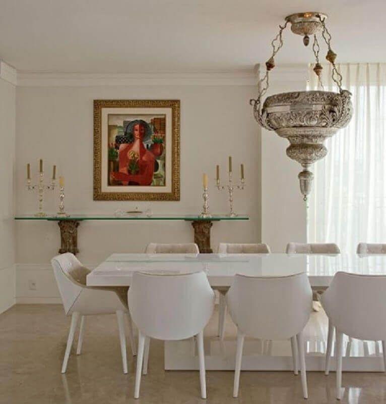 decoração sofisticada para sala de jantar com mesa e cadeira branca e lustre pendente de prata #cadeirabranca #cadeirabrancajantar #cadeirabrancaquarto
