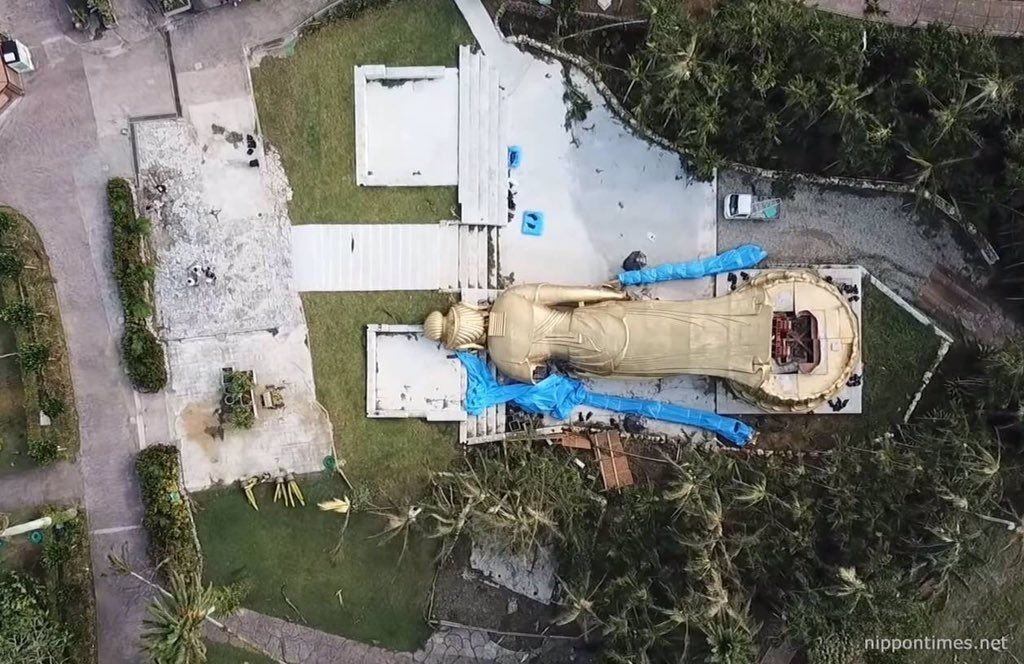 بوذا يسقط منتكسا على وجهه بسبب الاعصار ترامي