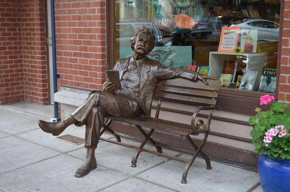 Banco de Mark Twain. 2018. Bronze. Gary Lee Price (Twin Falls, ID, USA, 02/05/1955 - ). Encontrada em Fairhaven, Bellingham, estado de Washington, USA.  Fotografia: Neal no Flickr.