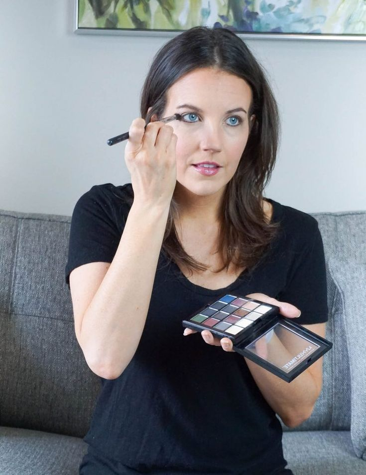 how to apply eye makeup using an eye shadow palette | Texas Beauty Blogger Lady in Violet #eyeshadowpalette #eyeshadowlooks #makeuptools