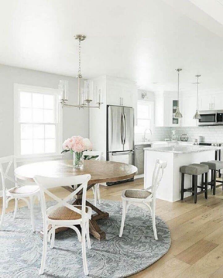 mesa com cadeira branca para sala de jantar integrada com cozinha com decoração clássica #cadeirabranca #cadeirabrancajantar #cadeirabrancaquarto