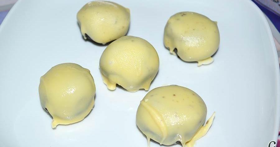 Bolitas de Oreo con queso crema rebozadas con chocolate blanco