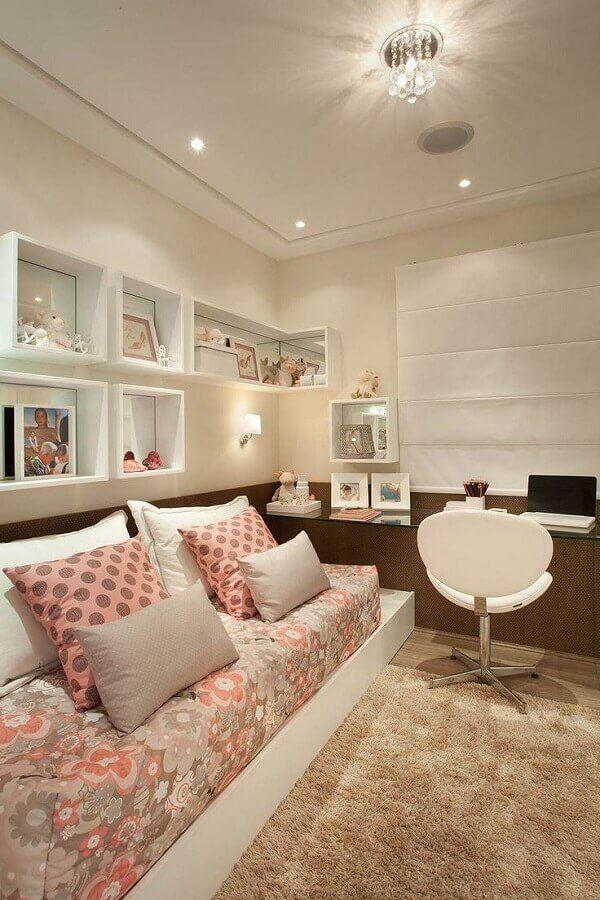 quarto feminino decorado com bancada de estudos e cadeira giratória branca #cadeirabranca #cadeirabrancajantar #cadeirabrancaquarto