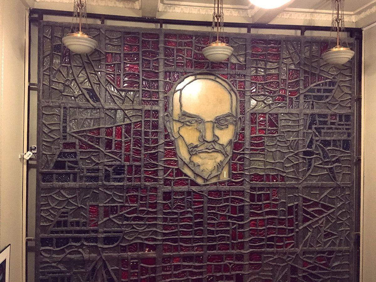 Визитная карточка ДК – витраж неизвестного автора с изображение Ленина. Фото: Vladimir Shveda
