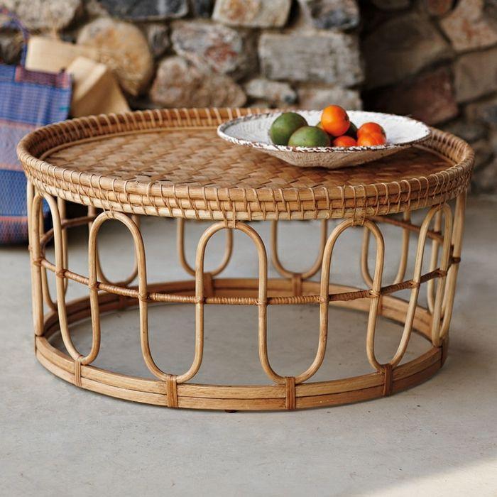 une petite table en bois, rotin design, meubles en rotin