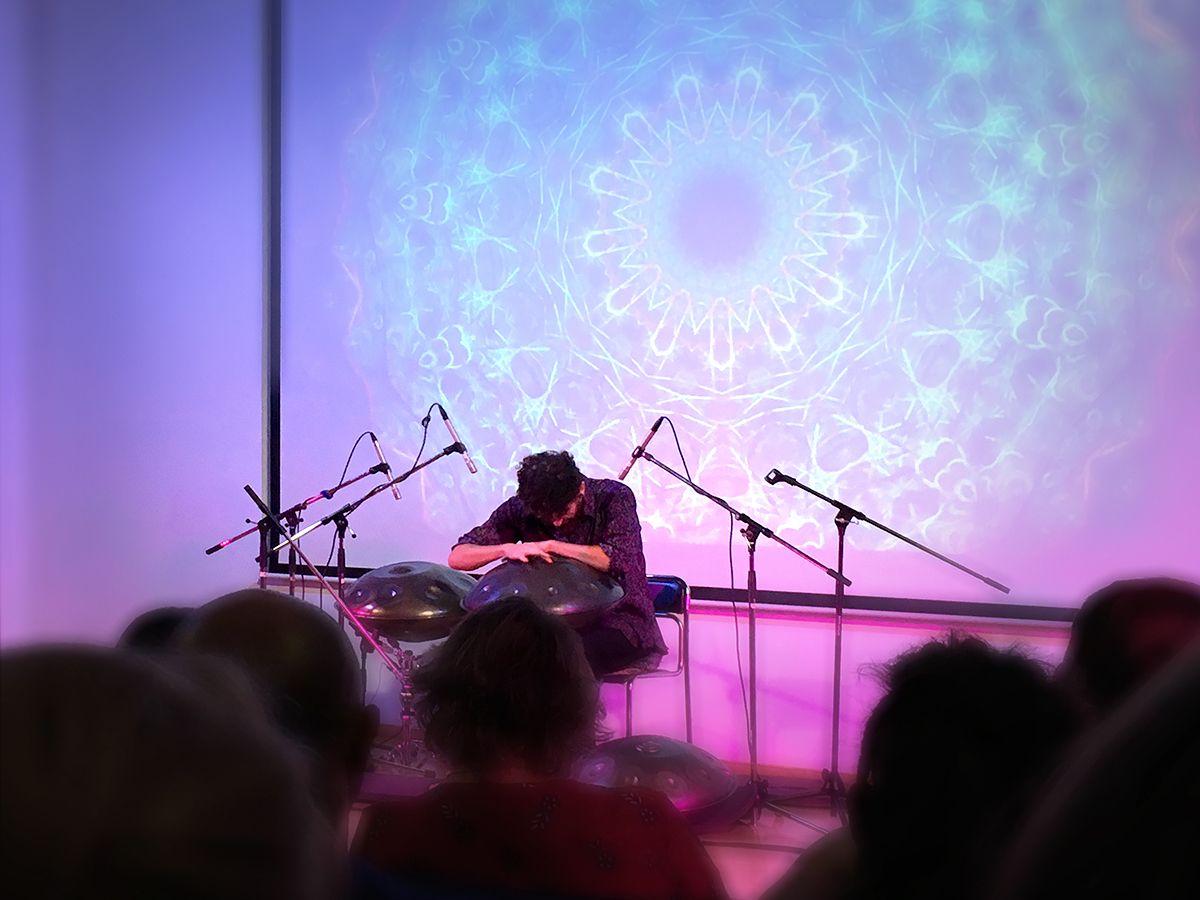 Виртуозная игра на ханге португальского музыканта в Калининграде. Фото Владимира Шведа