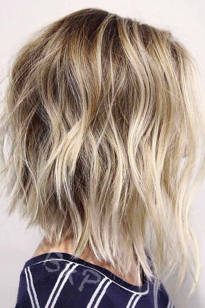 Messy Inverted Bob With Blonde Highlights #blondehair #hairhighlights ★ All the inverted bob hairstyles: stacked, choppy, short, curly, with side bangs, with layers, are gathered here! #glaminati #lifestyle #invertedbob