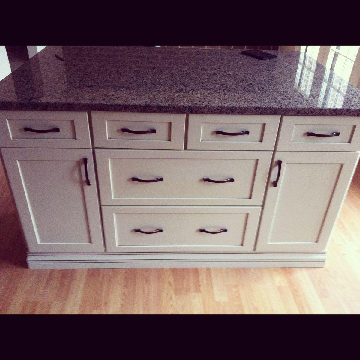 Classic Kitchen Using Uba Tuba Granite With White Cabinets: Neat Kitchen Design With Classic
