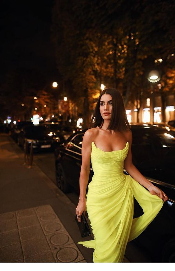 Glam long yellow dress with a black bag