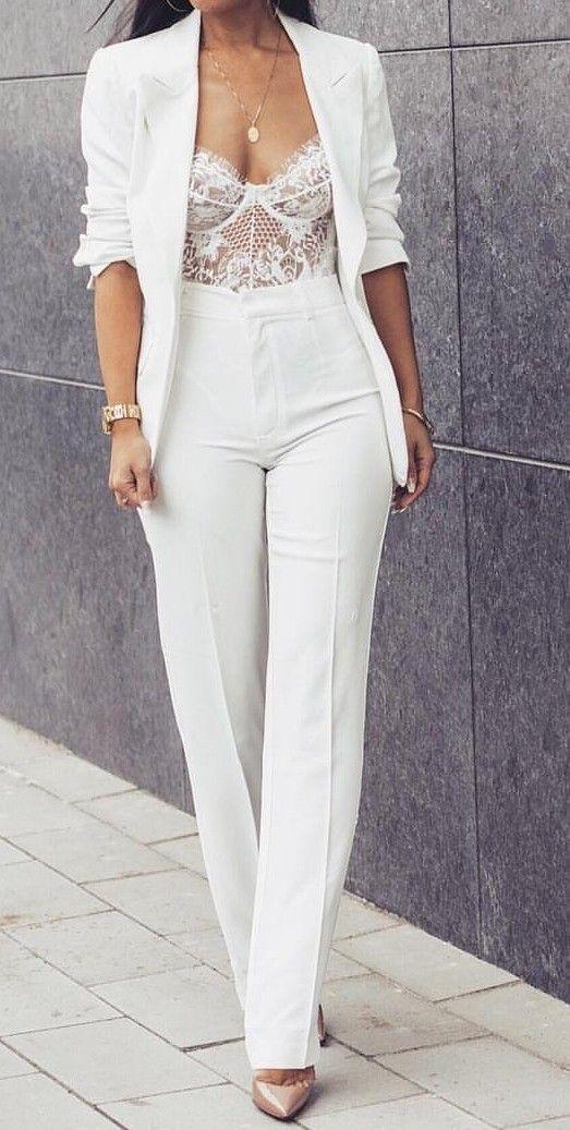 Looks monocromáticos ajudam a alongar, por isso usar os terninhos do mesmo tom não interrompem o visual. #blazerbranco #moda #estilo #dicasdelook