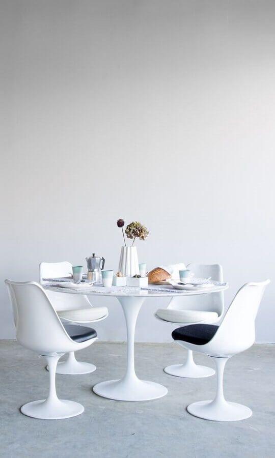 mesa redonda com cadeira de plastico branca #cadeirabranca #cadeirabrancajantar #cadeirabrancaquarto