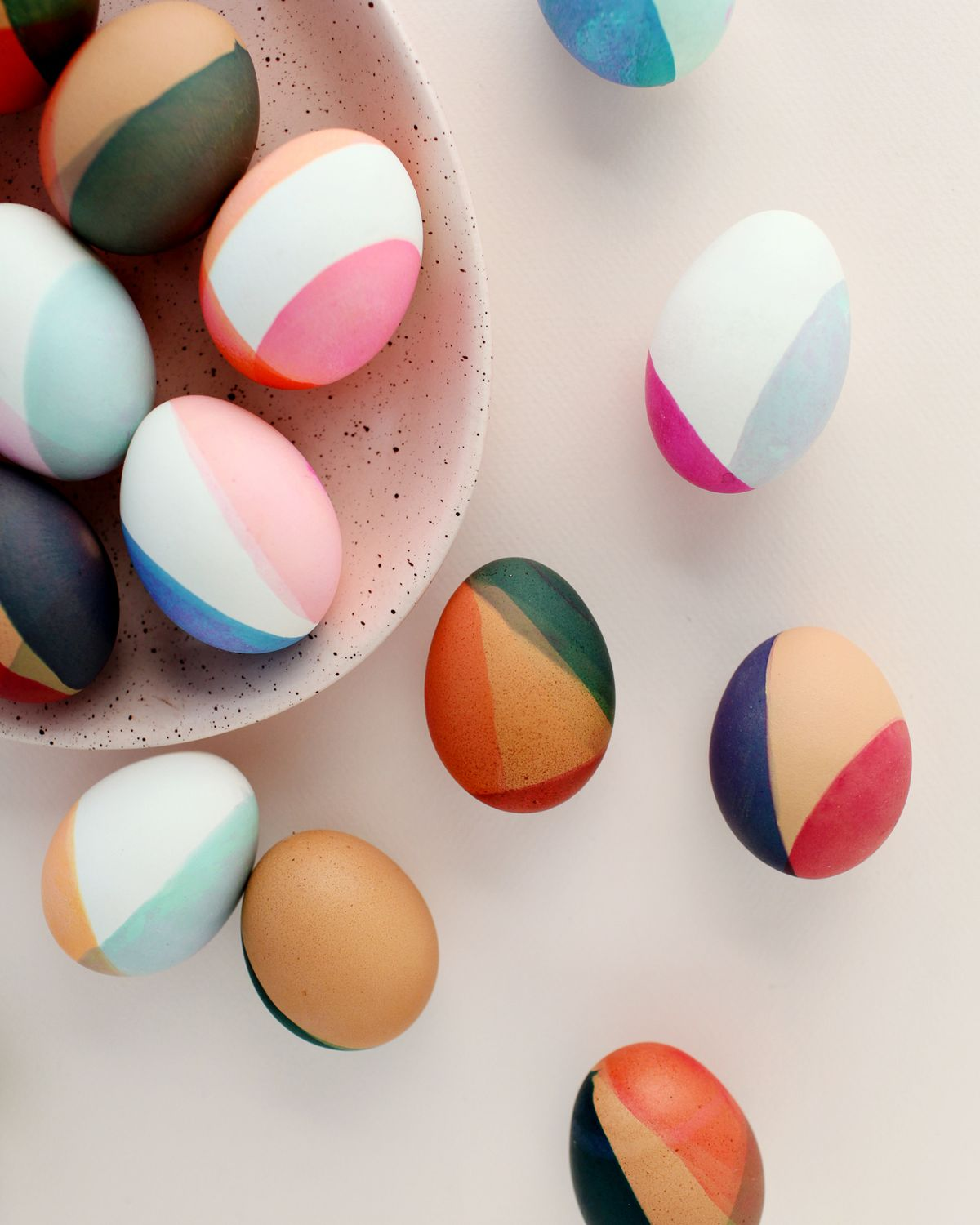 DIY Modern Color-Blocked Easter Eggs inspired by earthy tones and neutral pastels – from bold burgundy and terra cotta to soft pinks and sage green hues!