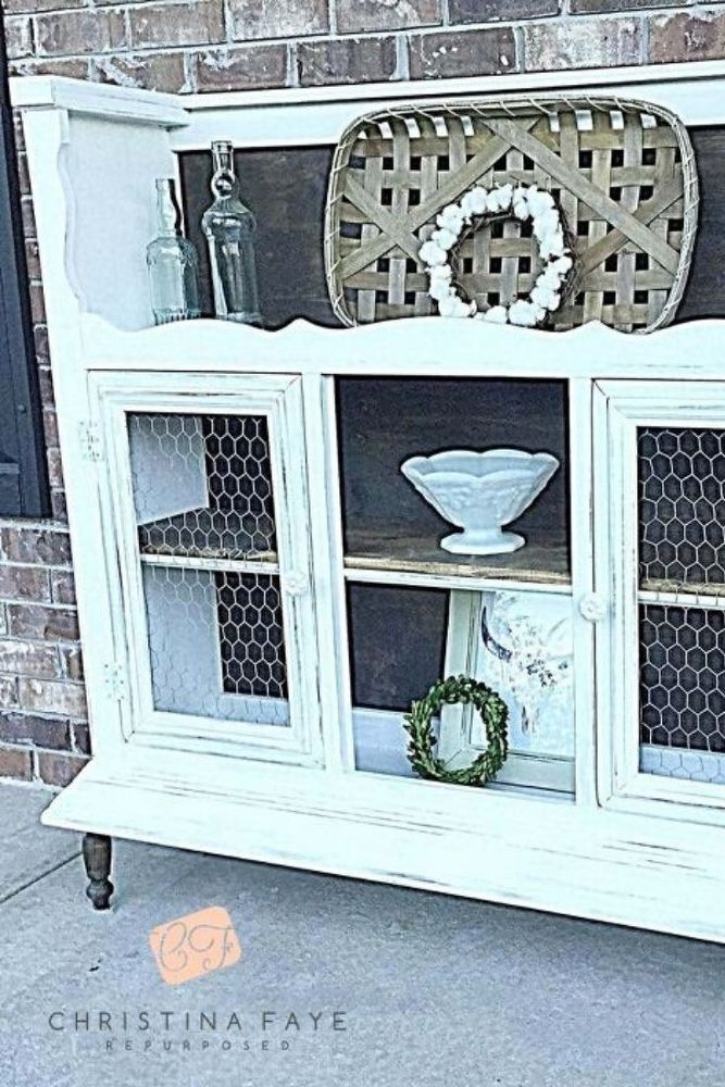 Do you love farmhouse decor and are decorating on a budget but can never find the right hutch at the thrift store? check out this creative and innovative solution of this hutch upcycling project. The before and after photos tell it all so check it out and see why this idea could be the perfect solution to add some rustic country decor to your dining room or living room. #diy #farmhouse #hutch #makeover
