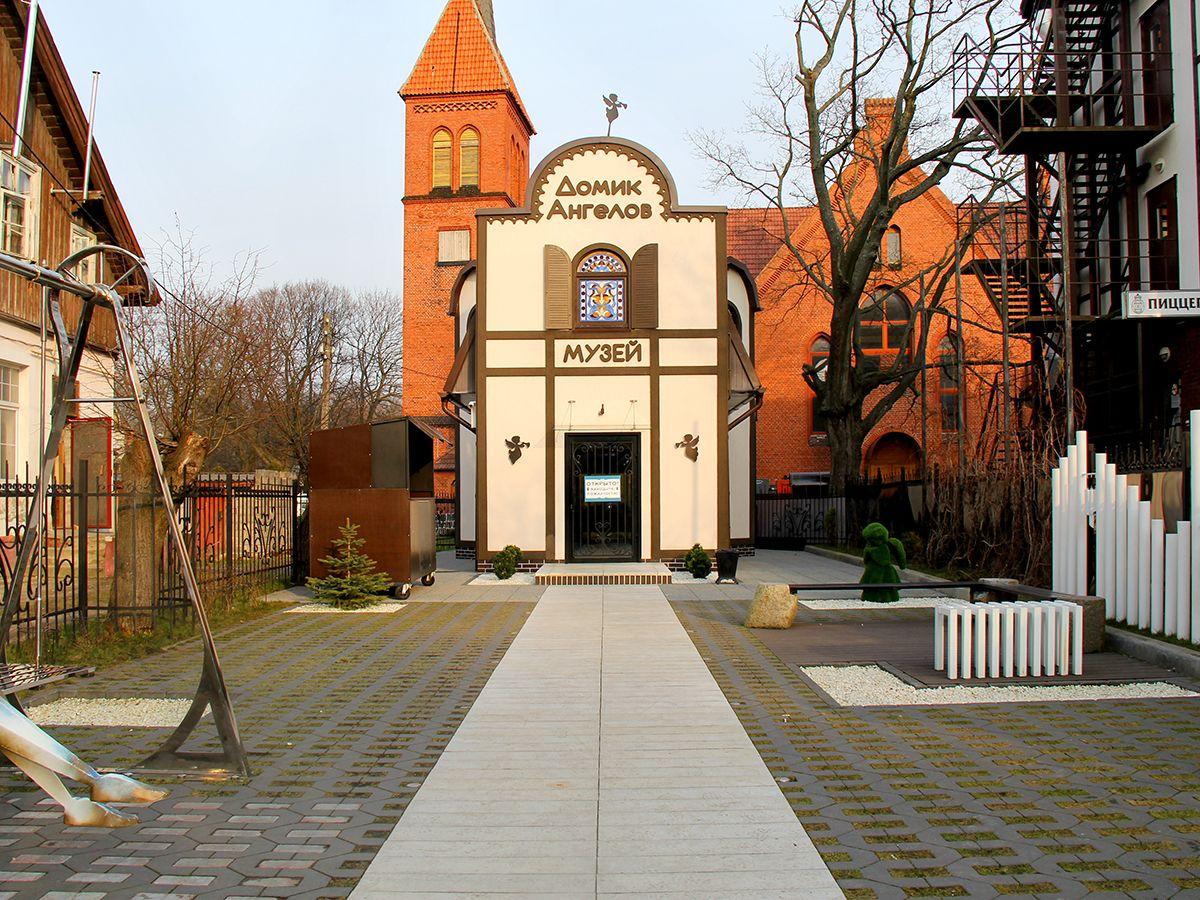 Во дворе Домика ангелов, г. Зеленоградск (Калининградская область). Фото: Evgenia Shveda