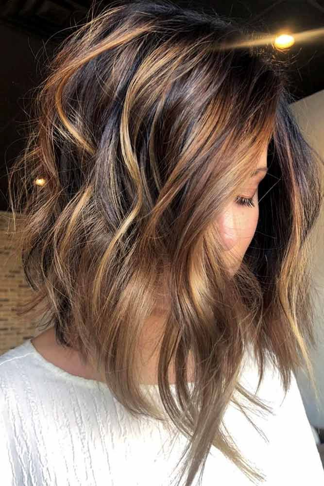 Beautiful Wavy Inverted Bob With Highlights #wavyhair #hairhighlights  ★ All the inverted bob hairstyles: stacked, choppy, short, curly, with side bangs, with layers, are gathered here! #glaminati #lifestyle #invertedbob