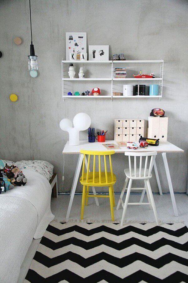 home office simples decorado com cadeira branca e amarela #cadeirabranca #cadeirabrancajantar #cadeirabrancaquarto