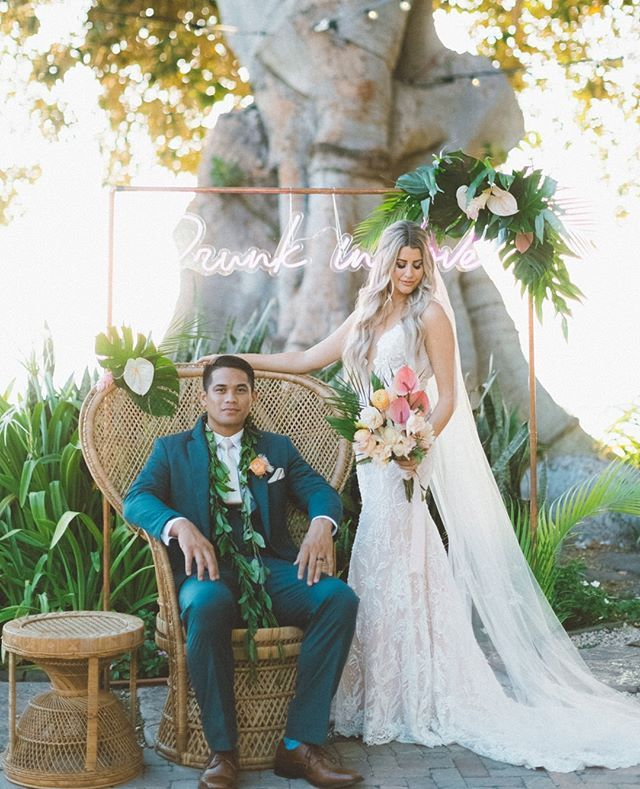 We're drunk in love with the beautiful photo op the couple created. A vintage peacock chair paired with tropical florals uh yes please! Link in bio planning company @whiteorchidwedding planner @kendalloreta photo @angiediazphotography video @hifocused catering @cafeolei_maui bar @alohabarsmaui calligraphy @alannahraecalligraphy rentals @hawaiianrents linen @accelrentalsmaui @revemaui florals @kenz.y officiant @rev_tino_rosete dj @mauidjlaura dress @galialahav boutique @kinsleyjamescoturebridal