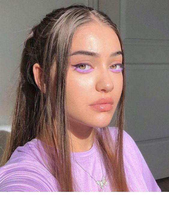Undereye mauve makeup, t-shirt