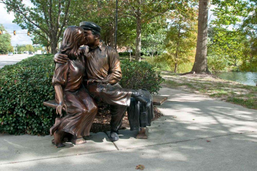 O Beijo. 2007. Bronze. Gary Alsum (escultor americano). Encontrada em Virginia Beach, estado da Virgínia, USA.